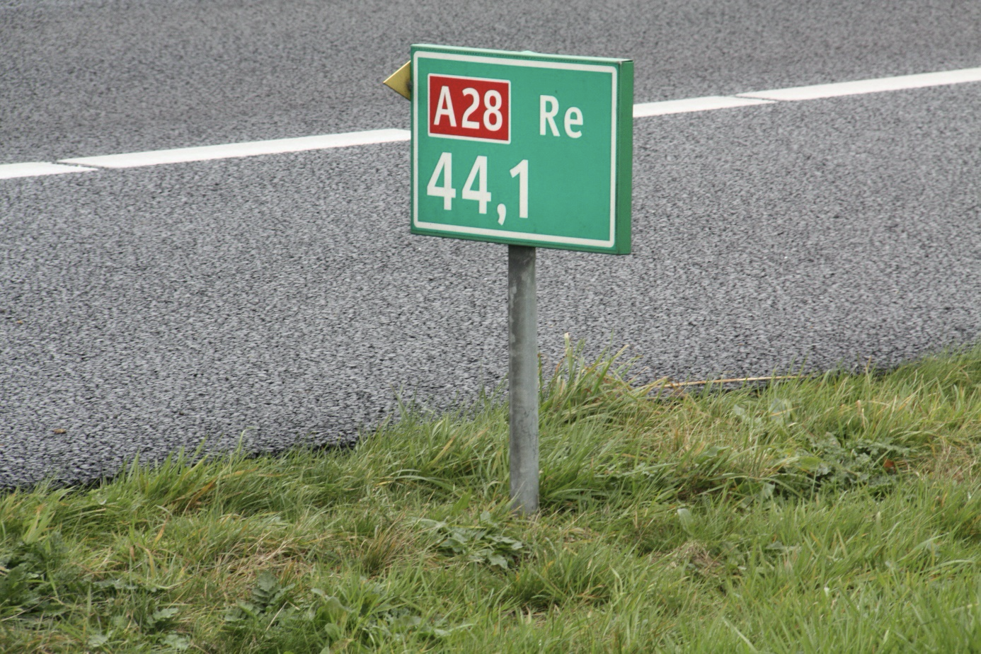 A hectometre sign detailing key road information.